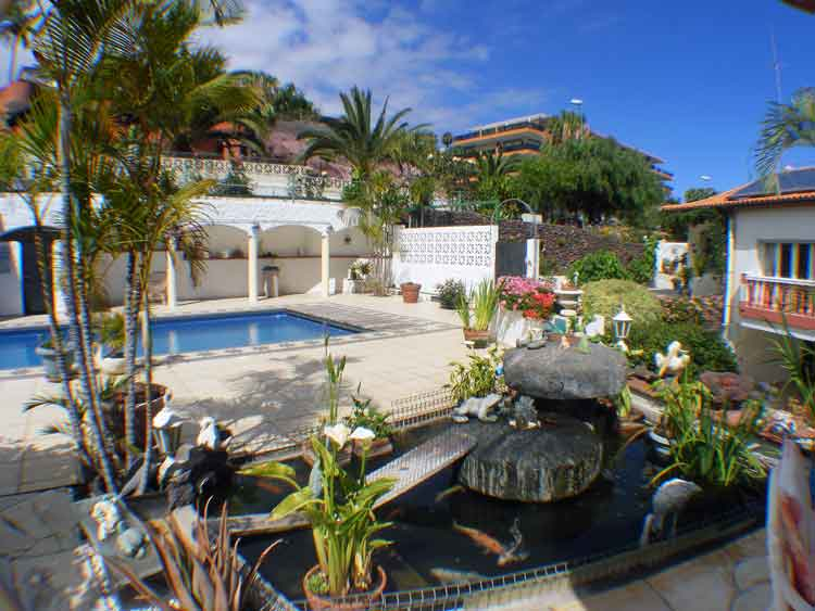 Tenerife. Two detached houses with six bedrooms in Puerto de la Cruz click to enlarge image