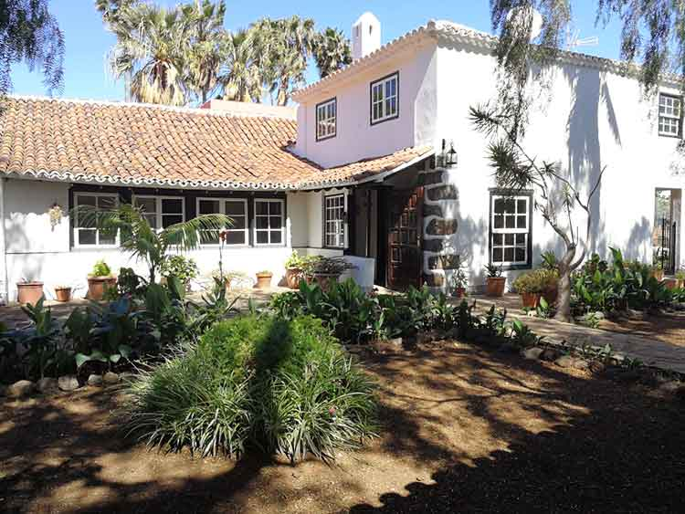 Casa con cuatro dormitorios y hermosa zona de jardín.