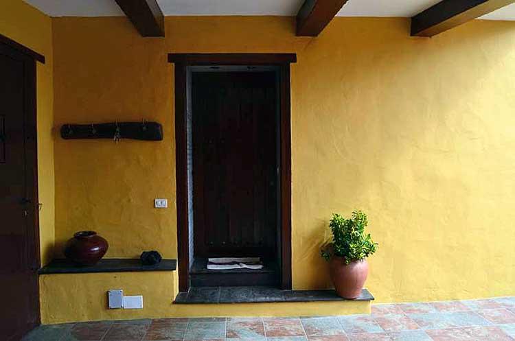 Finca con un patio, tres dormitorios y una casita para invitados