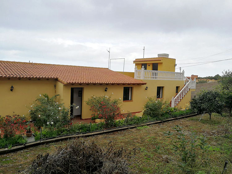 Finca with three bedrooms and a rustic plot of 1.000 sqm.